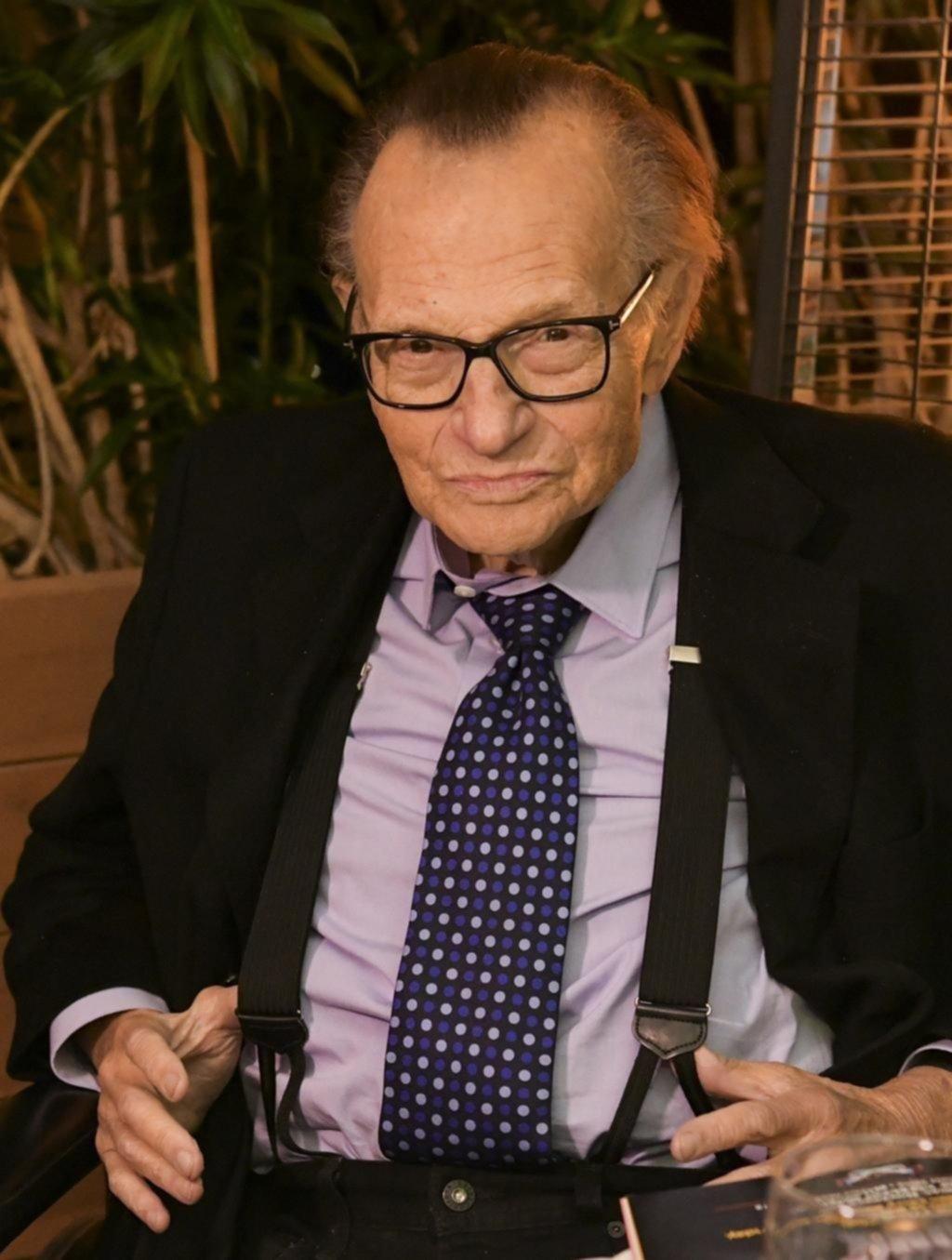 """Adiós a Larry King, el hombre de tiradores y lentes que """"confesó"""" a las personalidades"""