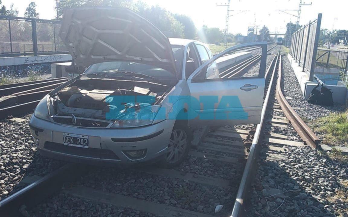 Un auto se subió a las vías del Roca a la altura de City Bell y tuvieron que restringir el servicio de trenes