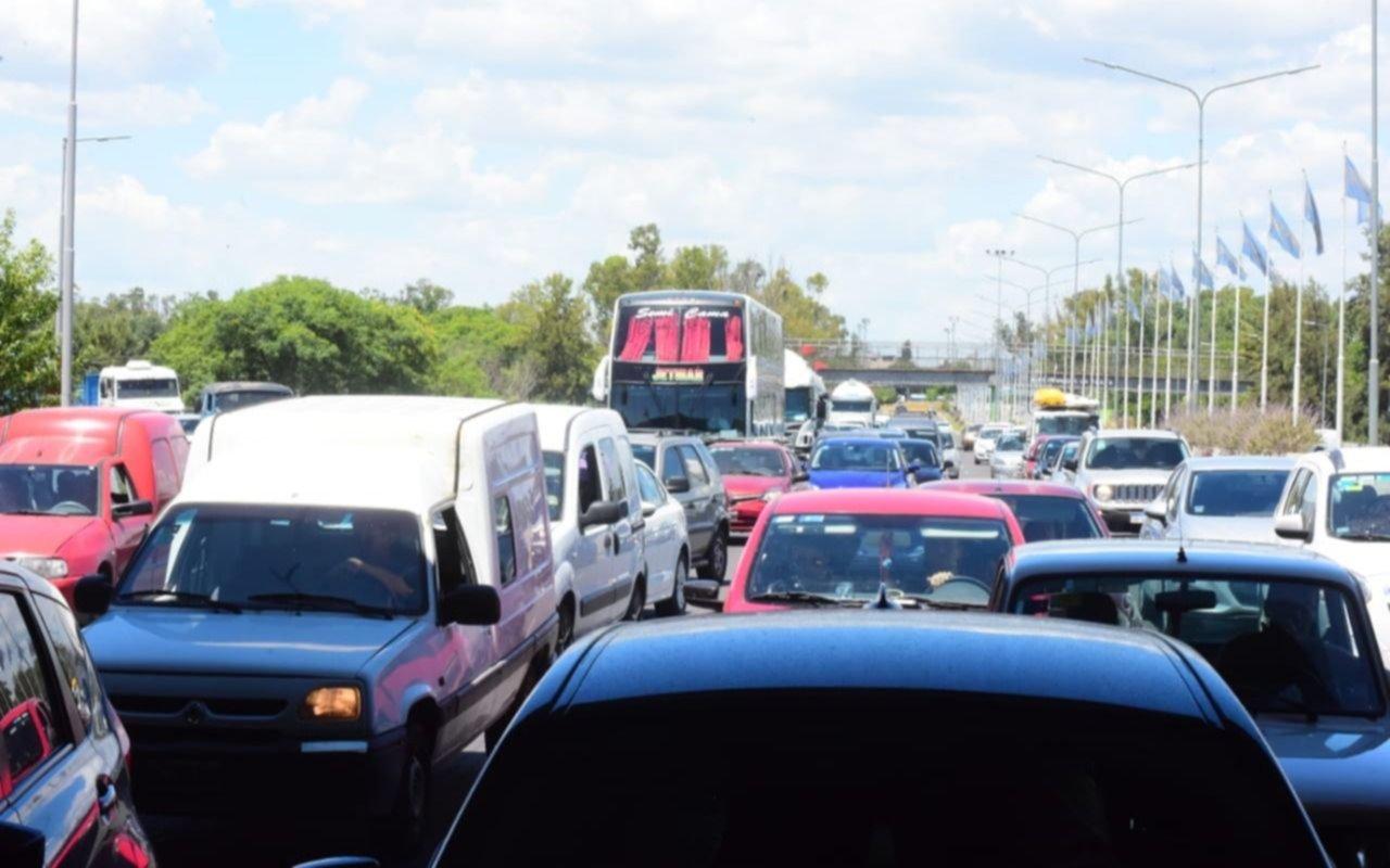 El camino a Punta Lara, un infierno: aluvión de autos y embotellamiento