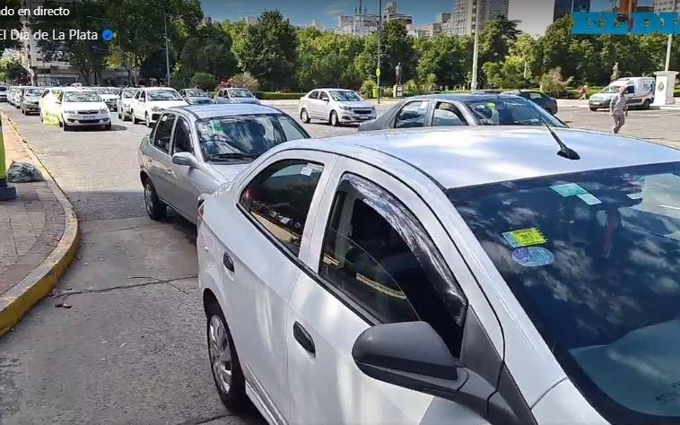 Remiseros realizaron una nutrida caravana a la Municipalidad por la erradicación del transporte ilegal