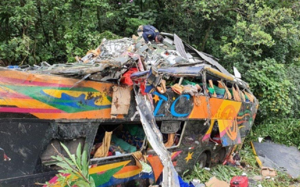 Tragedia en Brasil: volcó un micro que iba a Camboriù y fallecieron al menos 19 personas