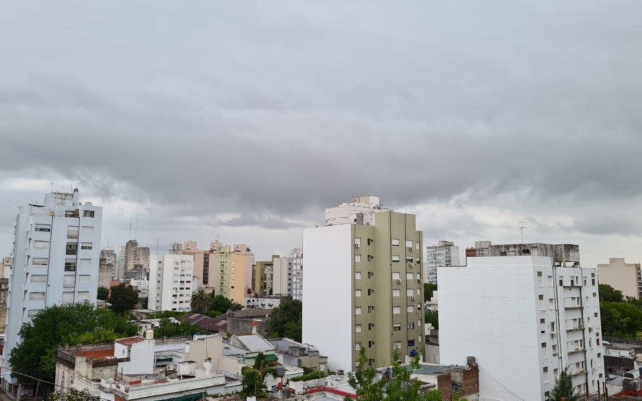 Cielo negro en La Plata: se vino la lluvia, afloja el calor y el finde llega el alivio