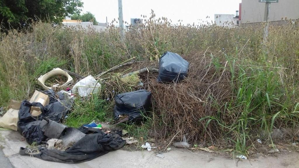 Malestar en Barrio Jardín por falta de limpieza en la vía pública