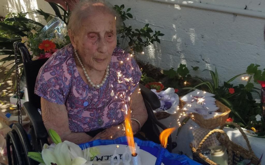 Delma, gran lectora, tejedora y fana del Lobo, festejó sus cien años llena de alegría