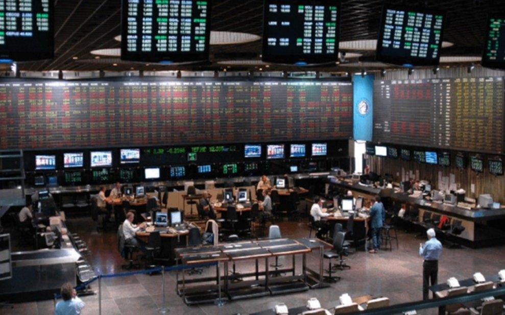 Dow Jones y Merval operan en baja a mitad de sesión