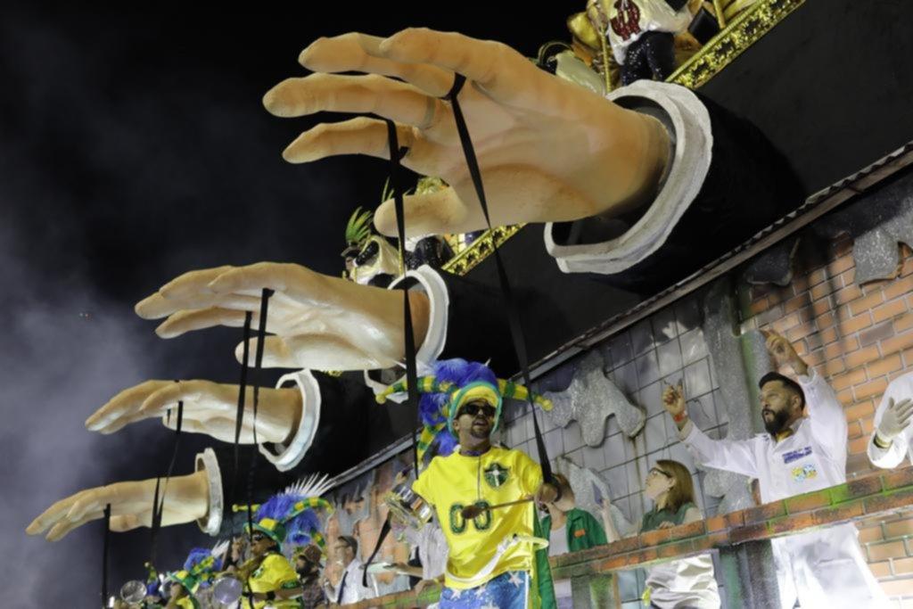 Los problemas de Brasil se cuelan en el Carnaval de Río de Janeiro