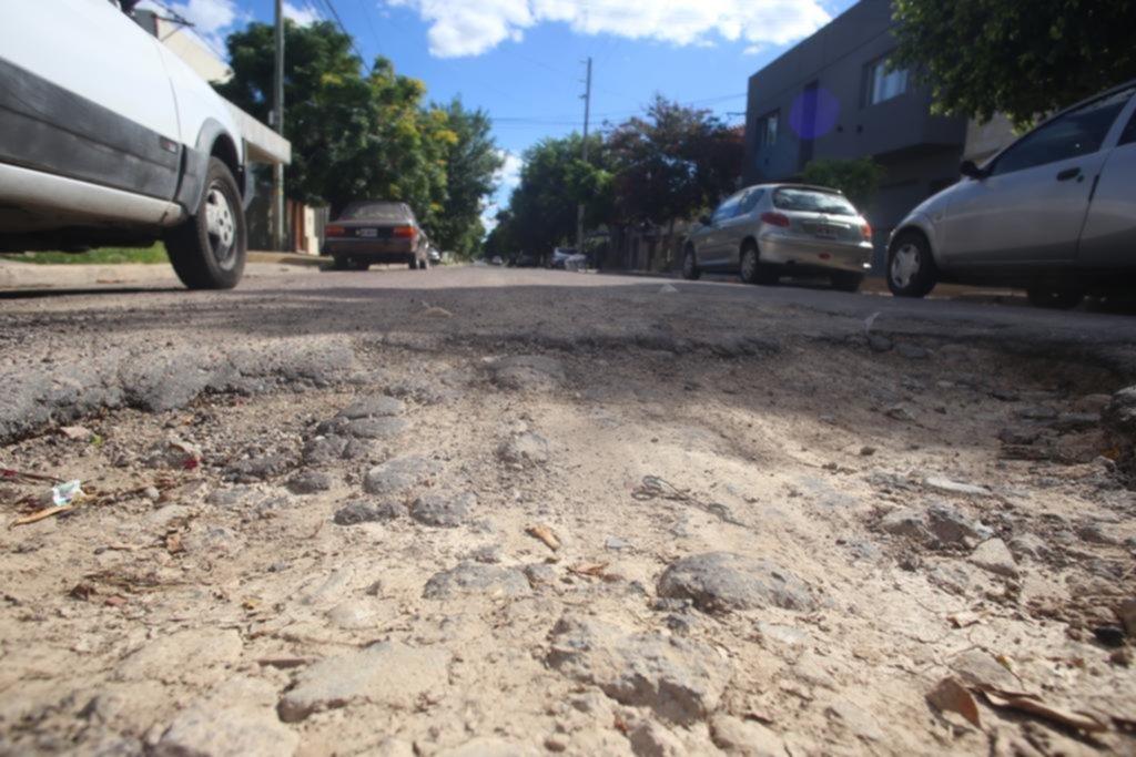 Se suman reclamos por calles en las que es casi imposible circular sin romper el auto