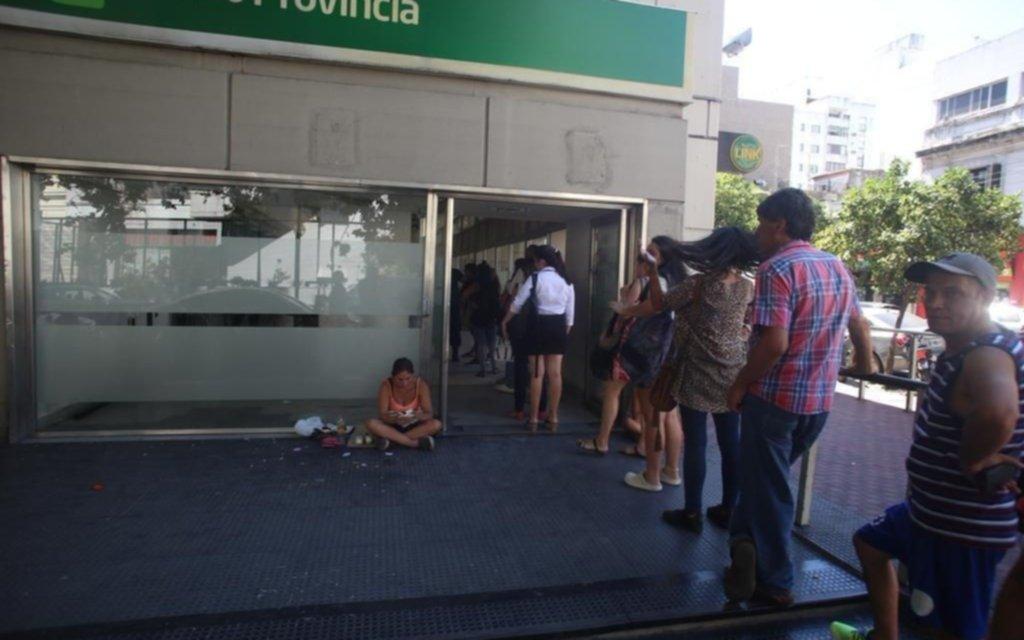 Otro día de sequía en cajeros y hoy retoman los bancos