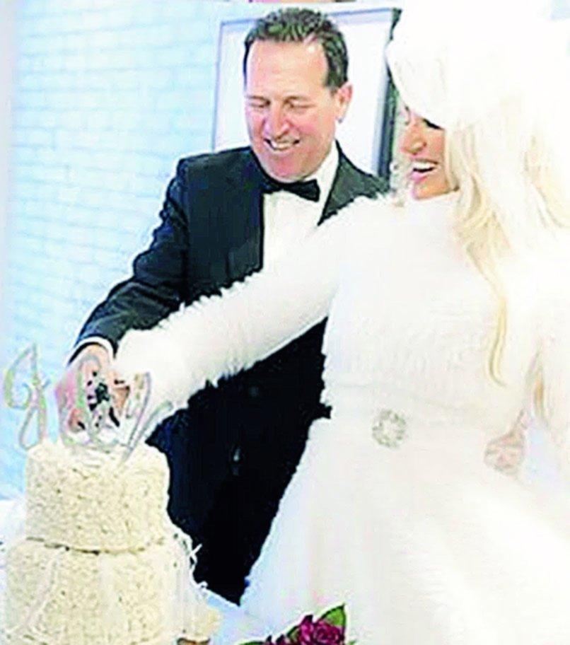 Naselli y Vicky cortando la torta para