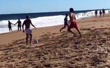 Román la pisa en la playa