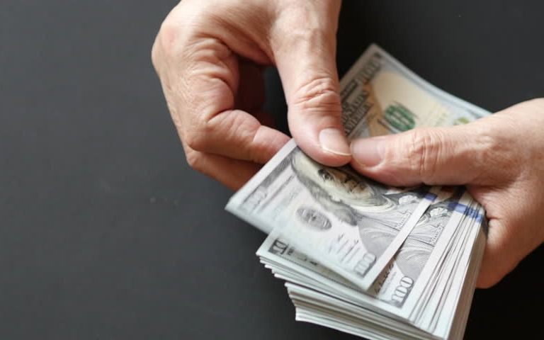 El dólar vuelve a caer y se acomoda debajo de los $ 20