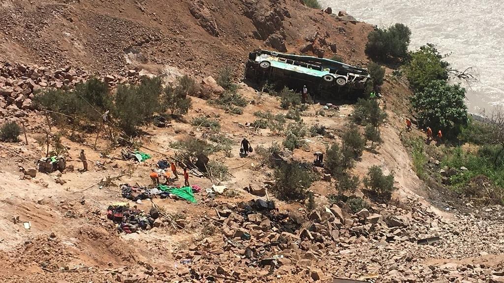 Un micro cayó a un barranco en el sur de Perú y dejó más de 40 muertos