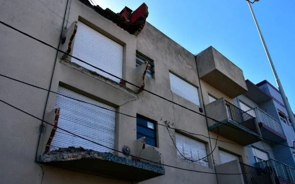 Mar del Plata: una mujer terminó herida tras el derrumbre de tres balcones de un edificio