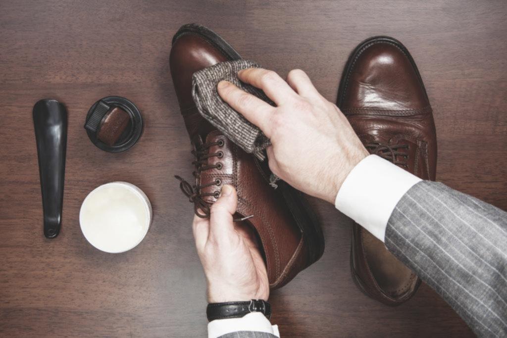 254b3b014d No es lo mismo limpiar botas de piel que unas zapatillas deportivas de  tela. Trucos de zapatero para que tu calzado esté reluciente y te dure más  tiempo