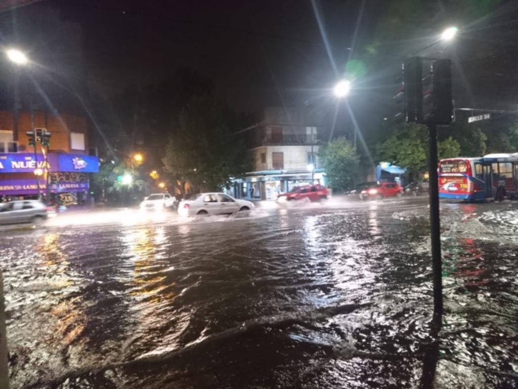 Después del calor el cielo se puso negro y un diluvio anegó calles y puso a toda la Región en guardia