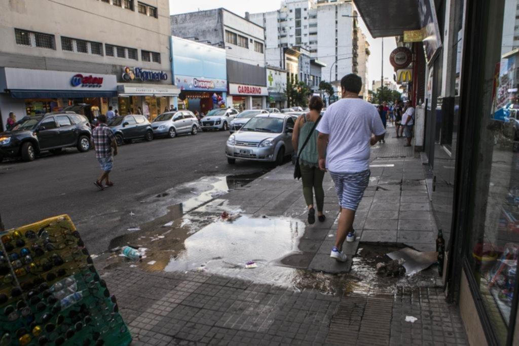 Mientras en barrios enteros claman por el agua, el derroche en la calle se multiplica