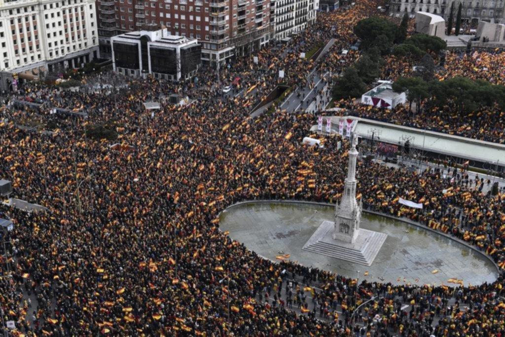 Una masiva marcha de la derecha pide la renuncia del gobierno socialista en España