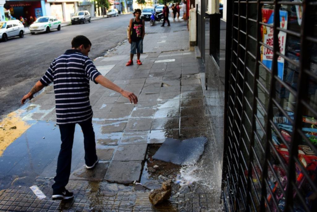 Despilfarro sin fin y peatones incómodos por una pérdida que espera por Absa en pleno centro