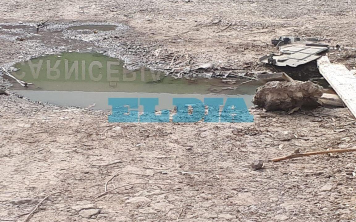 """Un caño roto de una zanja provoca una """"laguna"""" en Arana y 28 de Villa Elisa"""