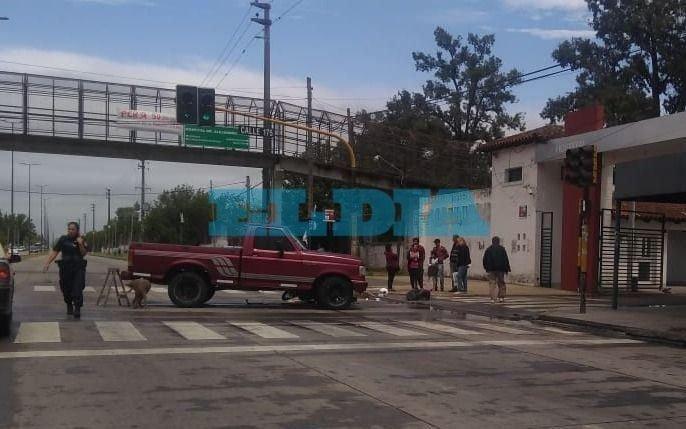 Fuerte choque entre una camioneta y una moto frente al Hospital de Romero