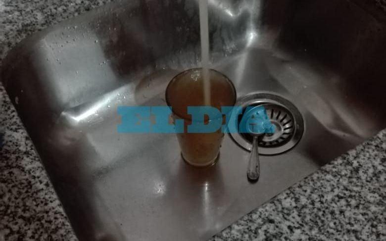 """Agua """"marrón"""" puso en jaque a vecinos de Barrio Hipódromo"""
