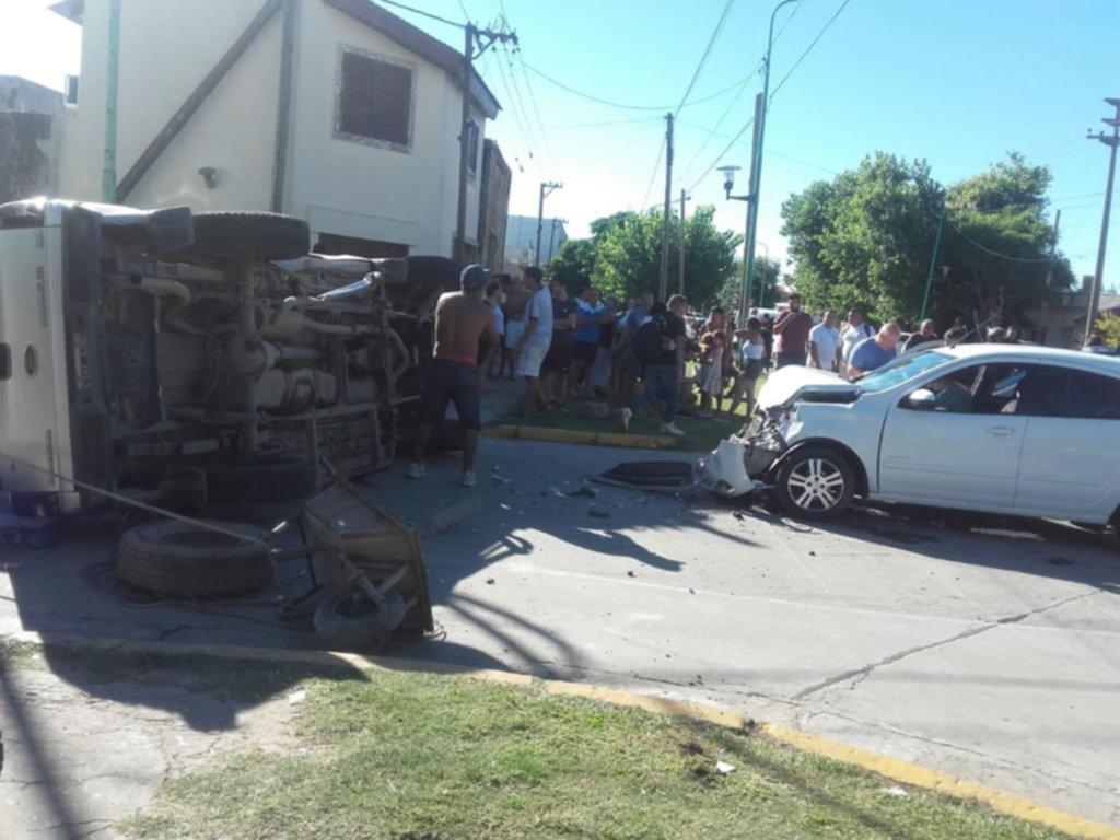 Susto por un choque y vuelco en Ensenada