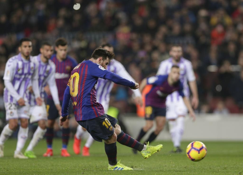 Marcó un penal, falló otro y el Barça manda