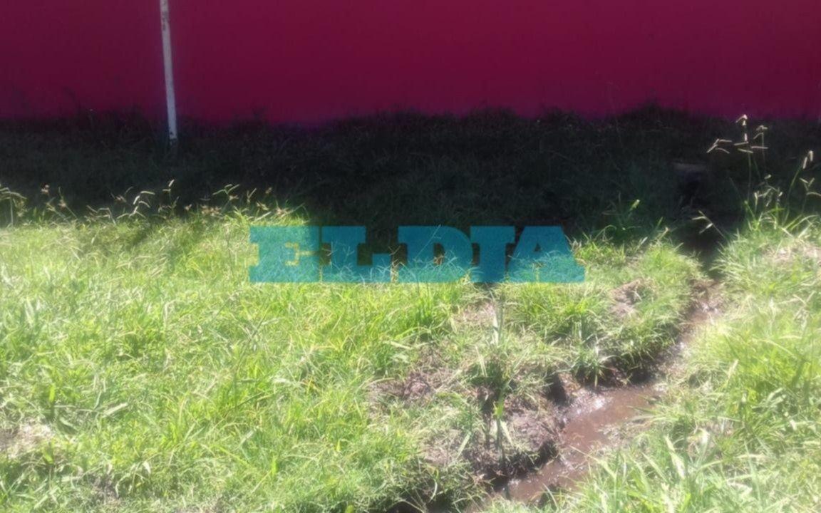 Cansados de reclamar por un pérdida de agua en La Granja