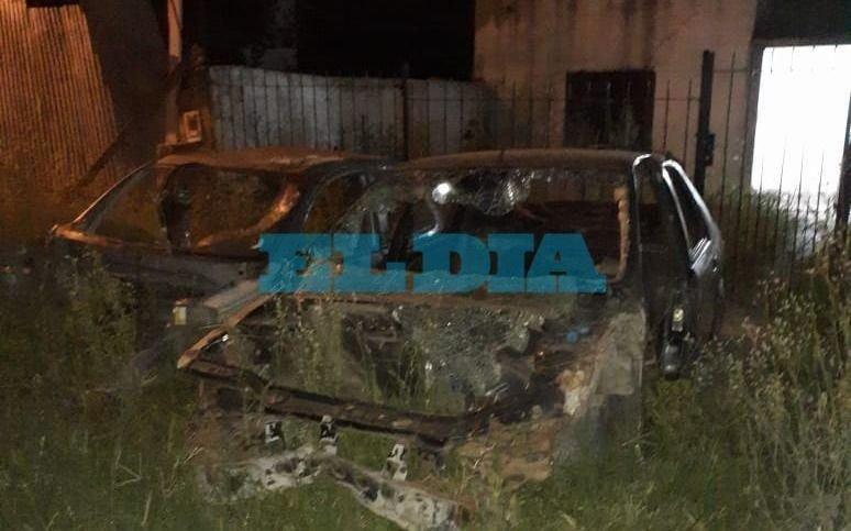 """En Los Hornos exigen la remoción de dos autos abandonados: """"Se llenan de ratas"""""""