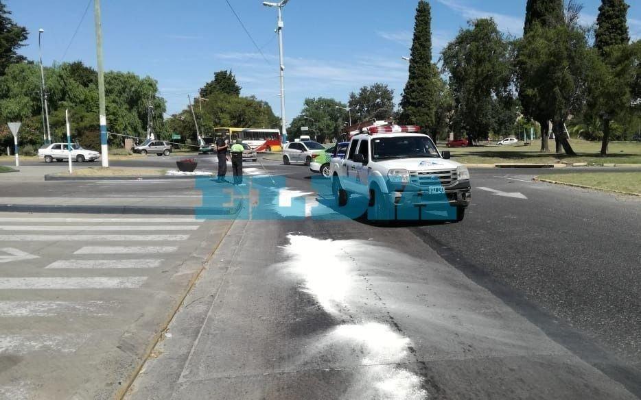 Derrame de combustible en la rotonda de 122 y 60 complicó el tránsito