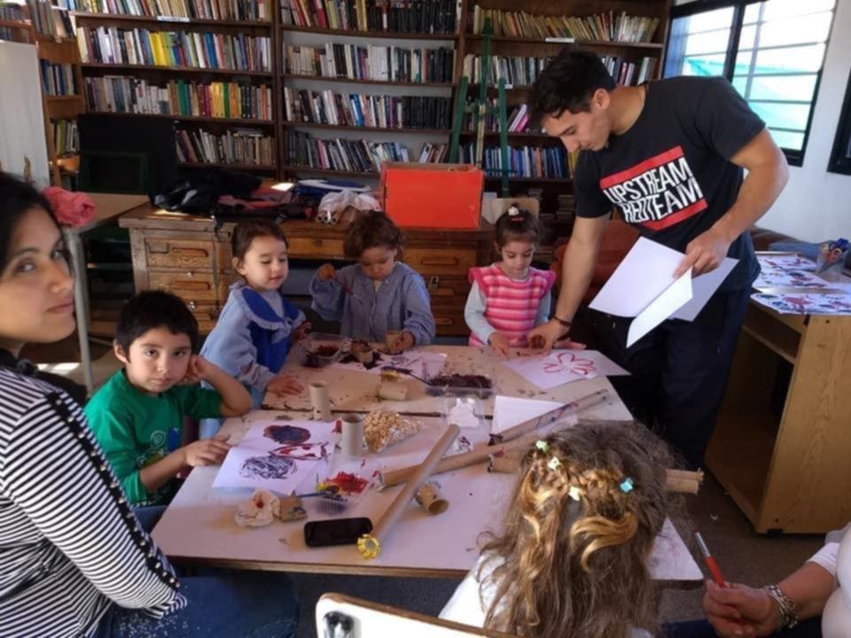 En la biblioteca Alejo Iglesias ya se inscriben para cursos oficiales