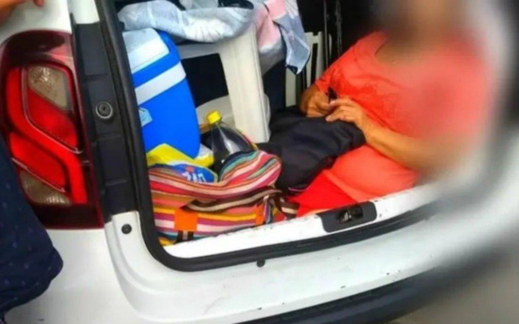 Fue en auto a veranear a Brasil y para ahorrar metió a la suegra en el baúl