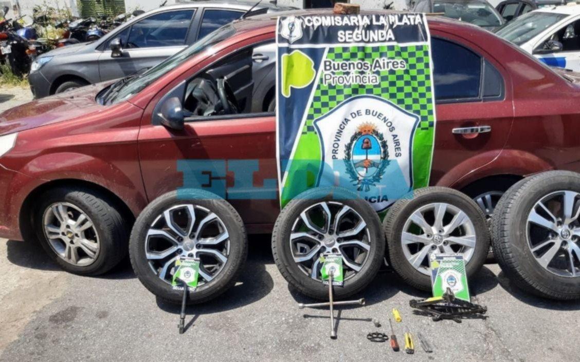 Barrio Hipódromo: 'robarueda' intentó desmantelar el auto de un policía pero lo descubrieron