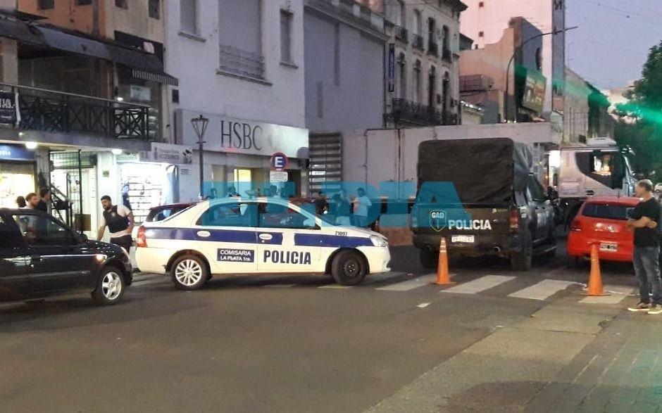 Amplio operativo frente a un banco en La Plata: ¿Qué pasó?