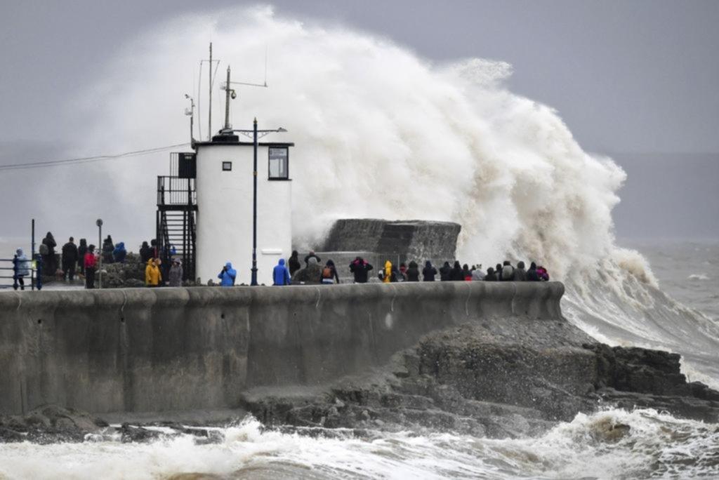 Esperan feroces tormentas en Gran Bretaña y ya hay 2 muertos