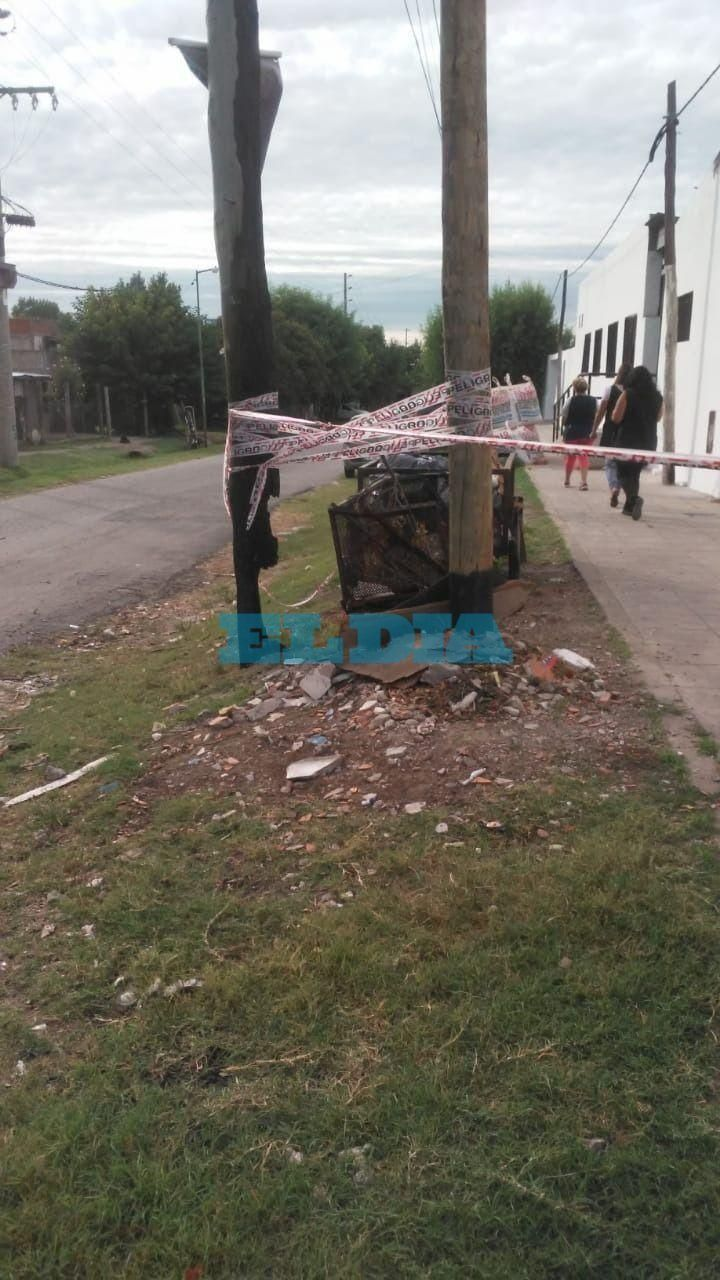 Dos escuelas platenses piden medidas urgentes por peligroso poste