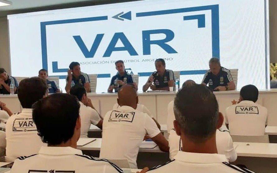 La fecha que manejan los árbitros para el comienzo del VAR en la Superliga