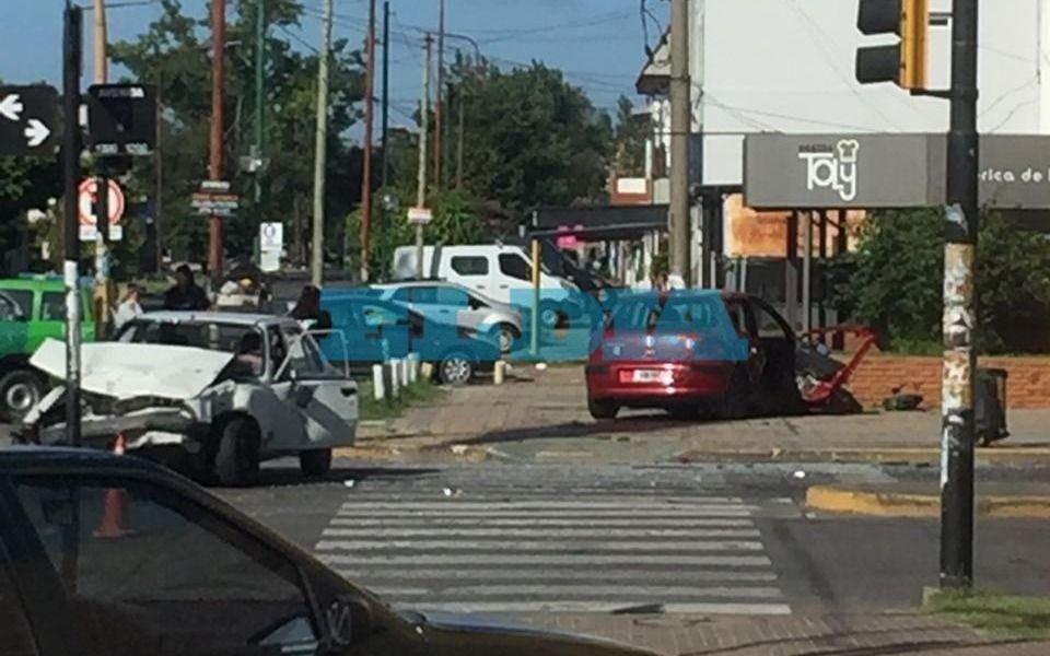 Impactante choque entre dos autos en otro  domingo accidentado en La Plata