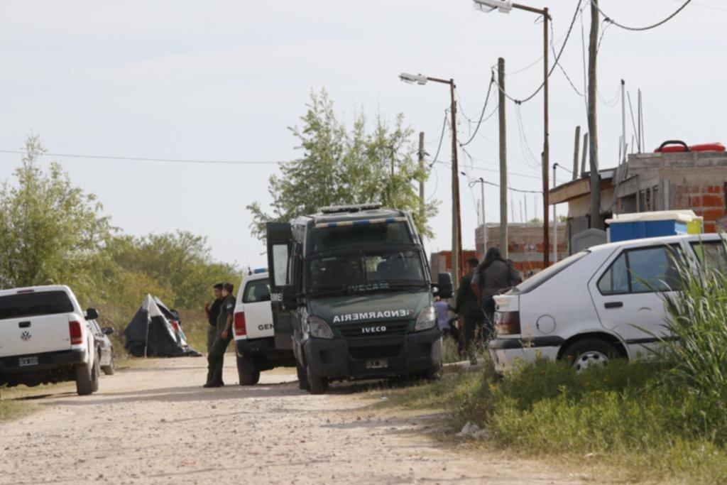 Crece la tensión en Los Hornos por la toma de lotes, pese a la presencia de gendarmes