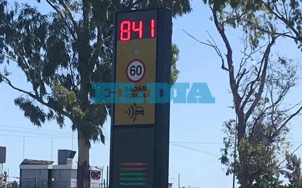 """Según el """"totem"""" de 31 y 63, en La Plata los autos van más rápido que un avión"""