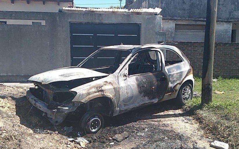 En Tolosa, como no pudieron robarle el auto, se lo prendieron fuego