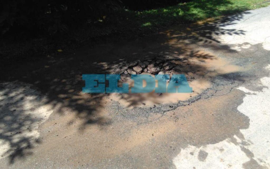 """Calzada """"destruida"""" por el agua en una calle de Gonnet"""