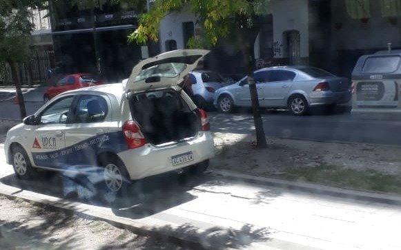 """""""Estacioná donde quieras"""": un auto fue captado sobre la rambla de calle 13"""