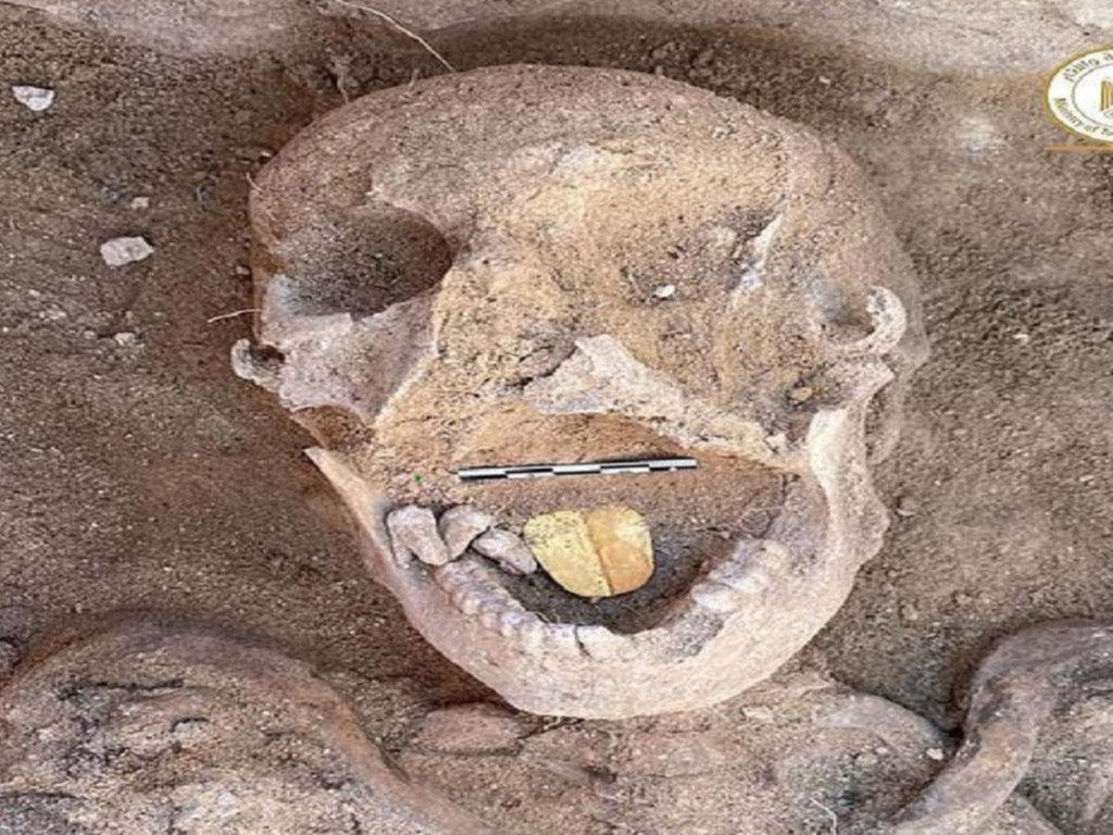 Histórico hallazgo: encuentran momias de lengua dorada en una tumba egipcia