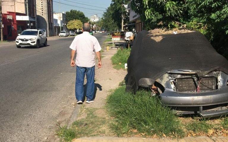 No pueden pasar por la vereda por que está tapada de yuyos, bolsas de basura y un auto abandonado