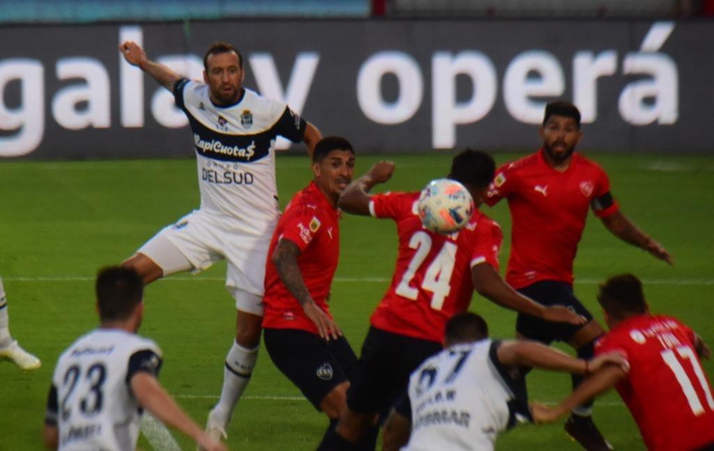 Las ganas y el fútbol de un solitario Alemán no alcanzaron para evitar la primera derrota