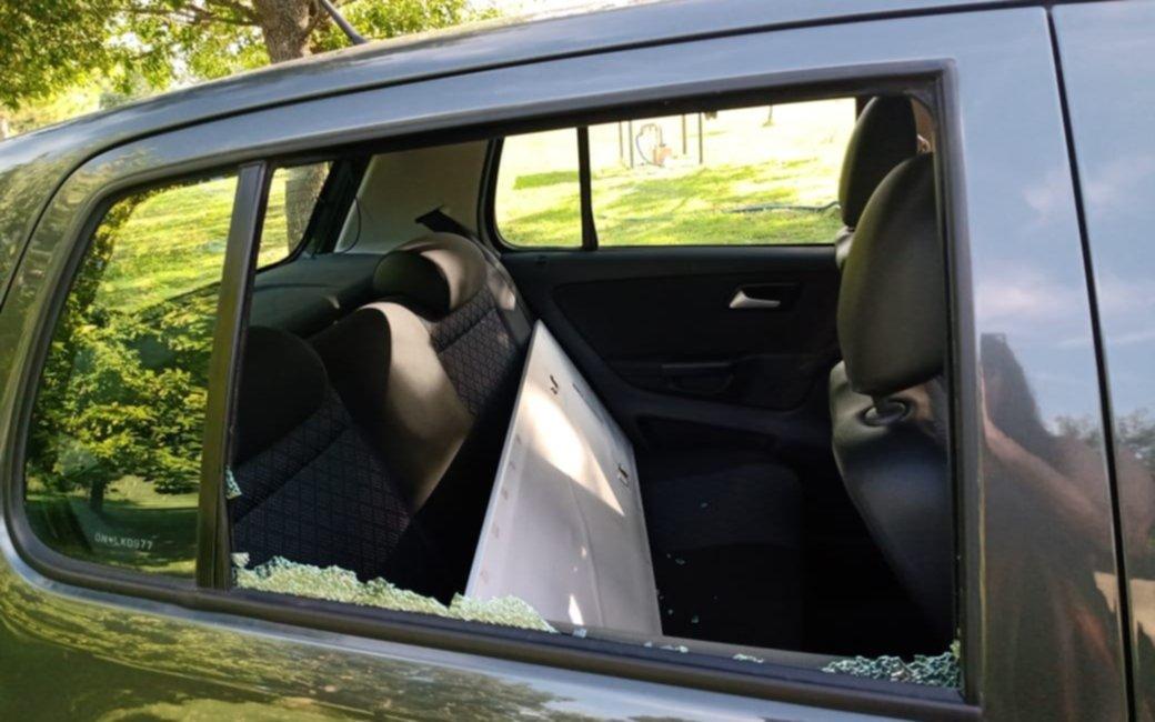 """Atacaron a piedrazos un auto en 137 y 90: """"Las tiran con gomeras"""""""
