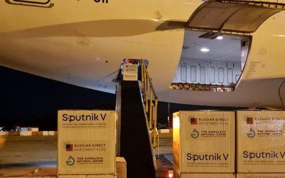 Llegó al país el primero de los dos vuelos que traen vacunas desde Moscú con más 517 mil dosis