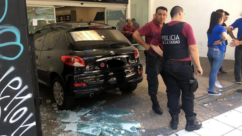 Entraron a robar en una tienda de Apple y provocaron un tiroteo