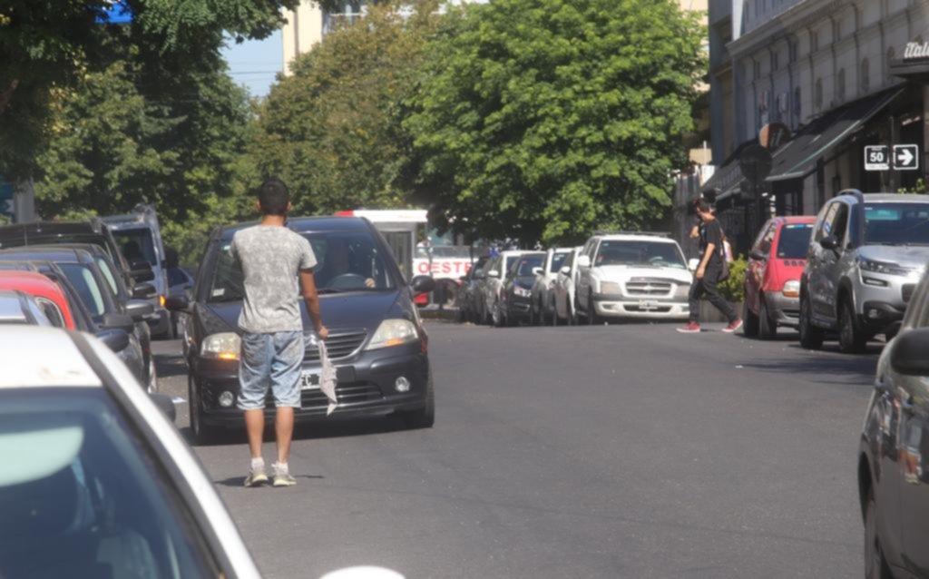 """Invasión de nuevos """"trapitos"""" en las cuadras del Centro libres de estacionamiento medido"""